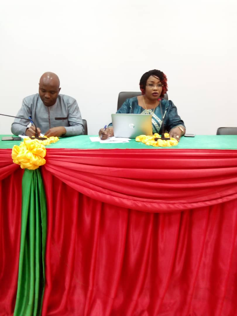 Mme BOLI Bintou, la Secrétaire Permanente du CAMC-O assistée par M. COULIBALY Idrissa Jusriste à la Chambre de Commerce et d'Industrie de Bobo Dioulasso.